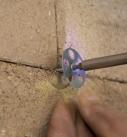 Zwischen den Stößen der Lehmbauplatte setzt man Tellerkopfschrauben oder Schrauben mit Haltetellern. Foto: Hart Keramik