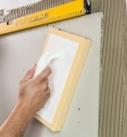 3. Andrücken Für das Andrücken der Sichtbetonplatten nimmt man am ein sauberes Schwamm- oder Moosgummibrett. Verschmutzungen sollte man sofort mit klarem Wasser und einem weichen Schwamm abwischen. Foto: Uzin Utz