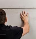 4. Ausrichten Da die Wand später wie eine echte geschalte Sichtbetonwand aussehen soll, muss man die Platten Stoß-auf-Stoß ausrichten. Hier muss man un-bedingt exakt arbeiten. Lieber etwas mehr Zeit investieren, damit das Arbeitsergebnis zufriedenstellend wird! Foto: Uzin Utz