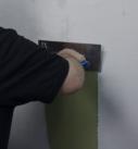 Die erste Putzschicht (hier Renovierputz fein von Rajasil) wird mit einer rostfreien Edelstahltraufel aufgezogen und so eine erste Kontakschicht am Untergrund hergestellt. Der Untergrund muss sauber, staubfrei, fettfrei, rissfrei und stabil sein. Einen zurückgearbeiteten Altputz als Untergrund, von dem alle Hohllagen abgeschlagen und große Fehlstellen zuvor ausgebessert wurden, sollte man etwas vornässen, damit er nicht zu stark saugt. Foto: Heck Wall Systems