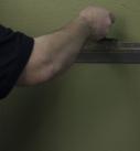 Mit Hilfe einer Glättspachtel zieht man die Oberfläche des Putzes eben ab. Foto: Heck Wall Systems