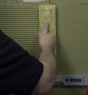 Mit Hilfe einer Kämme und einer Wasserwage wird die Oberfläche beispielsweise von links nach rechts strukturiert beziehungsweise von der Ecke weg in Richtung Fläche gezogen. Wenn auf großen Flächen Bezugskanten fehlen oder zu weit weg sind, kann man zur Hilfe auch eine Schnur spannen oder ein Brett an die Wand dübeln, um eine waagerechte Ausrichtung hinzubekommen. Foto: Heck Wall Systems