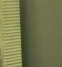 Die noch frische Oberfläche des Putzes wird mit einem Putzkamm gezogen. Hier im Bild ein Spezialwerkzeug aus Kunststoff. Man kann aber auch Putzkämme aus Stahl oder Hartholz oder ein Holzbrett mit aufgenageltem Blechkamm verwenden. Foto: Heck Wall Systems