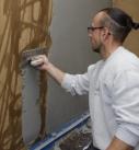 Der Lehmdesignputz wird mit der 4er Zahntraufel aufgezogen, so dass nach dem Zuziehen der Putzoberfläche am Ende eine nur 2 mm dicke Putzschicht aus Lehm entsteht. Foto: Thomas Wieckhorst
